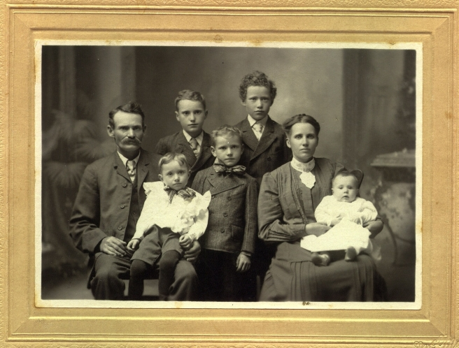 harvey-s.-dickson-family-circa-1906.jpg