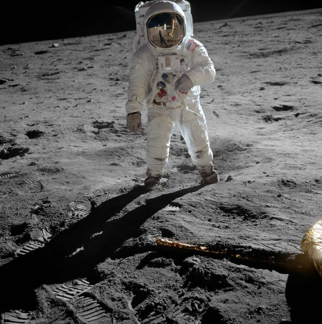 1200px-Aldrin_Apollo_11_original